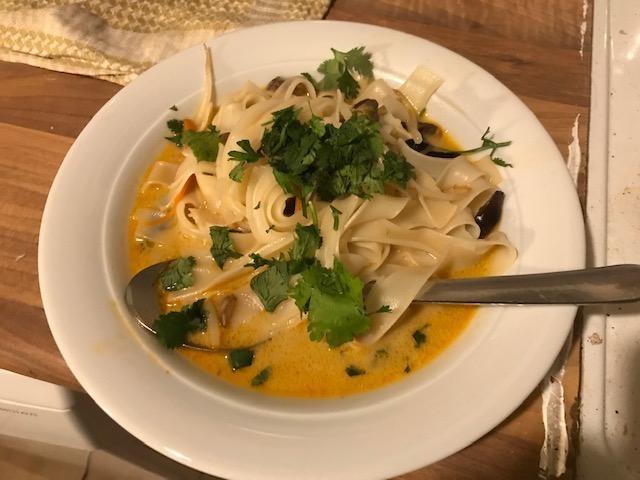 Kokos-Fischsuppe mit Koriander und Bandnudeln.jpg