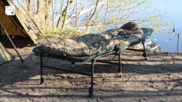 Karpfenliege mit Anglerschlafsack