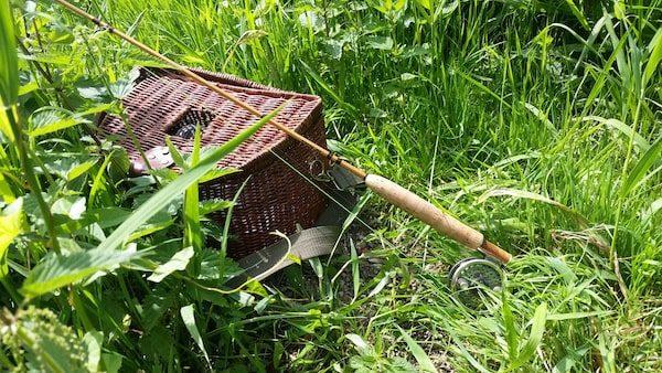 Forellenkorb und Fliegenrute