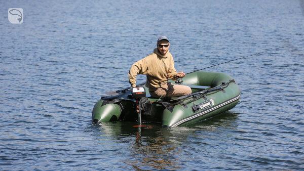 Schlauchboot mit Elektromotor