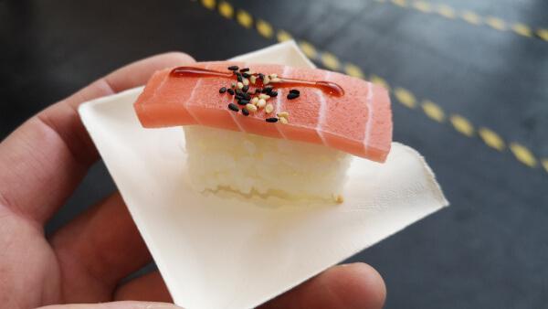 Kunstvoll gestaltetes Sushi Häppchen auf einem Teller auf der Fish International Messe in Bremen.