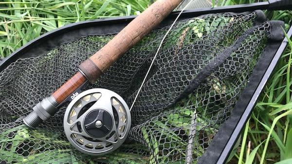Fliegenfischen Rute, Rolle und Kescher